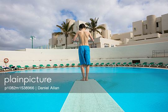 Plainpicture plainpicture p1082m1538966 junge auf dem - Sprungbrett fur pool ...