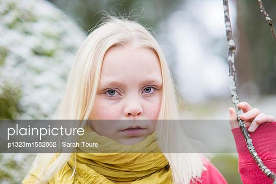 portrait of a young girl - p1323m1582862 von Sarah Toure