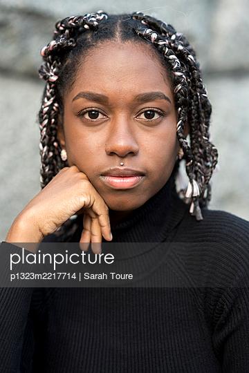 portrait of a young woman with braids - p1323m2217714 von Sarah Toure