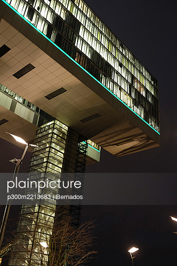 Germany, Cologne, Crane house at Rhine harbour - p300m2213683 by Bernados