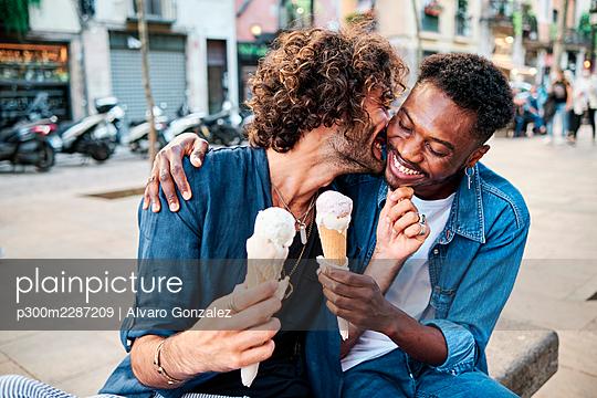 Barcelona, Spain - LGTBIQ Gay multiethnic couple - p300m2287209 von Alvaro Gonzalez
