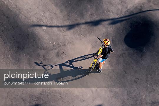plainpicture | Photo library for authentic images - plainpicture p343m1543777 - Boy with BMX bike in skate ... - plainpicture/Aurora Photos/Konstantin Trubavin