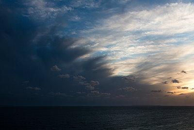 Gewitterwolken über dem Meer am Abend - p1057m2008611 von Stephen Shepherd