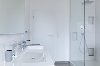Modern white bathroom - p300m1166741 by Sarah Kastner