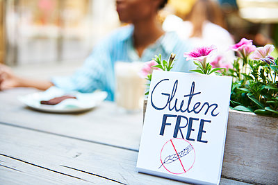 'Gluten free' sign at pavement cafe - p300m2004549 by gpointstudio