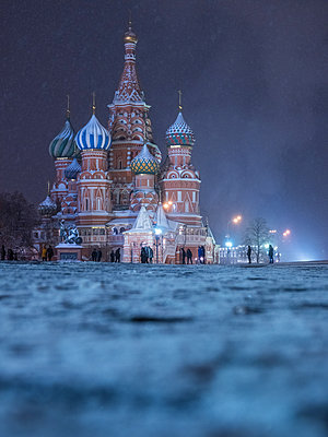 Red square with kremlin and Saint Basil's Cathedral in winter at night - p390m1582789 by Frank Herfort