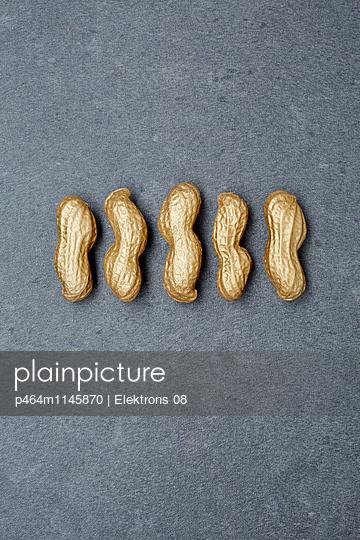 goldene Erdnüsse - p464m1145870 von Elektrons 08
