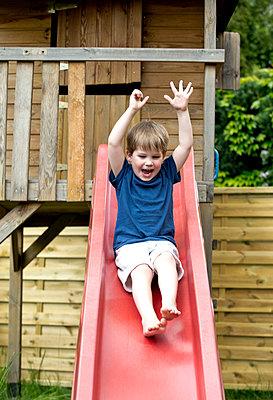Kleiner Junge auf der Rutschbahn - p1221m1158634 von Frank Lothar Lange