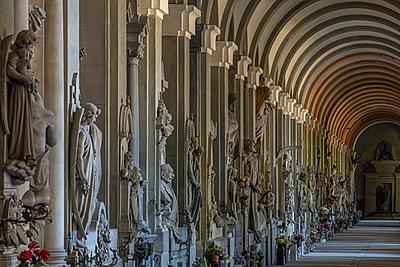 Urn graves, Cimitero monumentale di Staglieno, Genua - p1292m2210217 by Niels Schubert