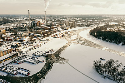 Europe, Germany, Berlin, Lichtenberg, river Spree, clouds coming out of power plants over the iced river. - p300m2256301 von Malte Jäger