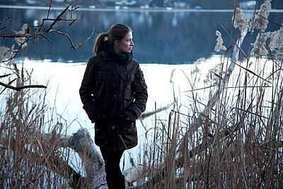 Frau am See - p1356m1207854 von Markus Rauchenwald