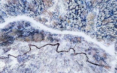 Germany, Baden Wurttemberg, Aerial view of Swabian Forest in winter - p300m2268136 by Stefan Schurr