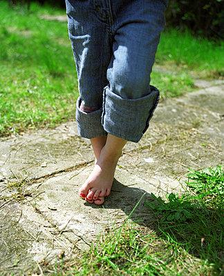 Mädchen mit lackierten Fußnägeln - p3530179 von Stüdyo Berlin