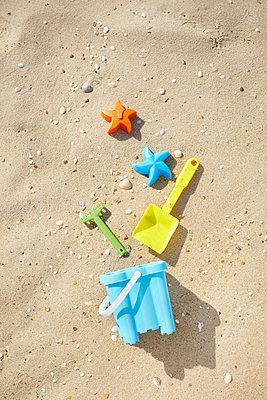 Strandspielzeug - p464m856493 von Elektrons 08