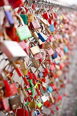 Metal locks on a bridge - p533m1134208 by Böhm Monika