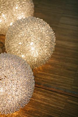 Drei Kugellampen mit vielen Lichtern - p586m953639 von Kniel Synnatzschke