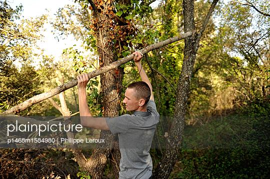 Jugendlicher im Wald  - p1468m1584980 von Philippe Leroux