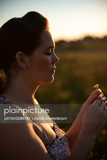 Woman in evening light - p310m2286181 by Astrid Doerenbruch