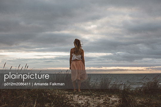 Woman looking at sea - p312m2086411 by Amanda Falkman