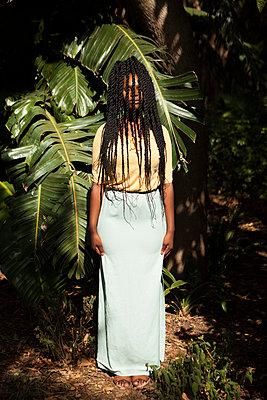 Afroamerikanerin hinter Dreadlocks - p045m1465148 von Jasmin Sander