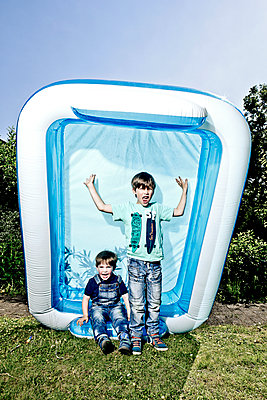 Boys with paddling pool - p1221m1041709 by Frank Lothar Lange