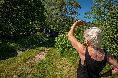 Grandma waving goodbye to daughter  - p1418m2192158 by Jan Håkan Dahlström