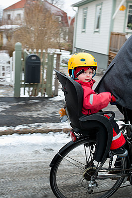 Sweden, Sodermanland, Stockholm, Man riding bicycle with son (2-3) on back seat - p352m1186939 by Julia Sjöberg
