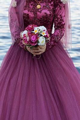 Braut mit Blumenstrauß - p045m1477242 von Jasmin Sander