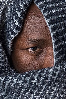 man hiding behind scarf - p1323m1527067 von Sarah Toure