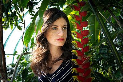 Frau im Botanischen Garten - p1371m2090323 von virginie perocheau