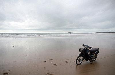 Einsames Motorrad am Strand - p1620044 von Beate Bussenius
