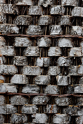 Wand aus Birkenrinde - p248m952935 von BY