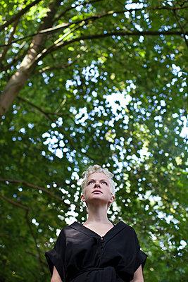 Blonde Frau im Wald - p906m1362771 von Wassily Zittel