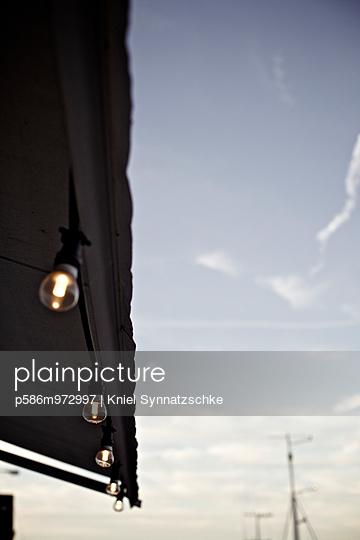Lichterkette vor blauem Himmel - p586m972997 von Kniel Synnatzschke