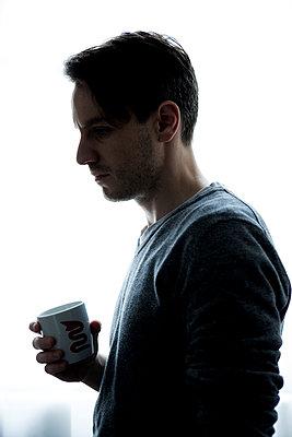 Man mit Kaffeebecher - p1221m1133046 von Frank Lothar Lange