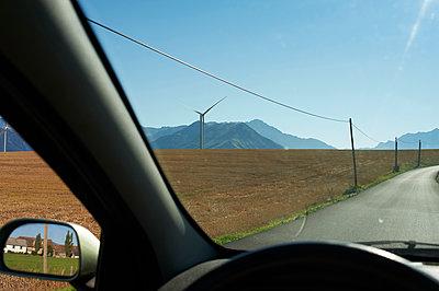 Windrad und Stromleitungen - p491m1119190 von Ernesto Timor