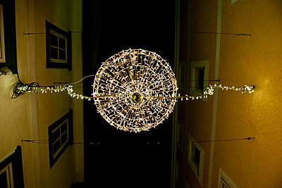 Christmas decoration between two houses - p533m1556552 by Böhm Monika
