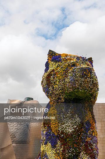 Hundeskulptur vor dem Guggenheim Museum - p470m1043025 von Ingrid Michel