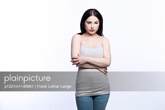 Verletzte junge Frau - p1221m1149961 von Frank Lothar Lange