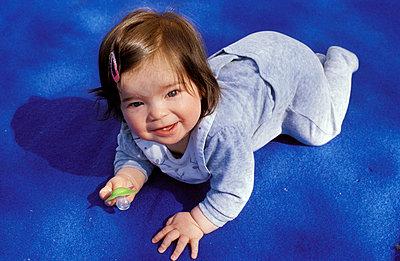 Baby auf blau - p0190240 von Georg Kühn