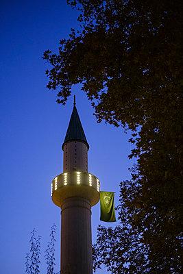 Beleuchtetes Minarett mit Nationalfahne in der Abenddämmerung, Sarajevo - p1600m2184176 von Ole Spata
