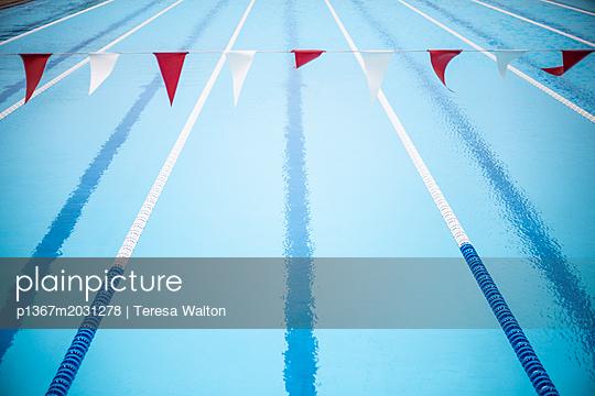 Bahnen im Schwimmbad - p1367m2031278 von Teresa Walton
