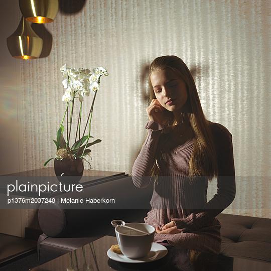 Kaffeepause auf dem Sofa - p1376m2037248 von Melanie Haberkorn
