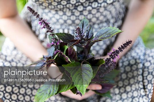 Sitzende Frau mit Blumenstrauß - p1491m1582698 von Jessica Prautzsch