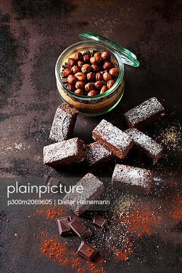 Brownies and glass of baking mix for preparing brownies - p300m2069605 by Dieter Heinemann