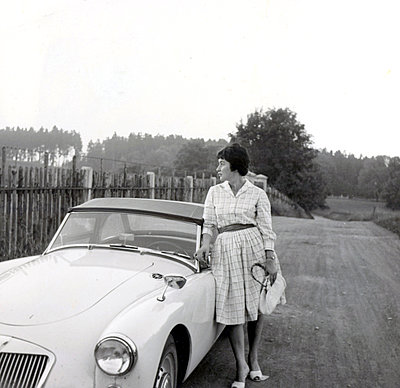 Young woman leaning against cabriolet - p1541m2116871 by Ruth Botzenhardt