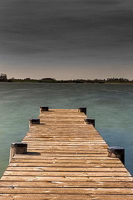Bootssteg aus Holz - p248m1025421 von BY