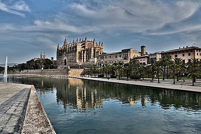 Spain, Palma, Mallorca, View of cathedral Santa Maria - p300m752472f by Roman Märzinger