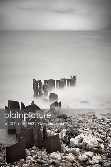 Rostige Wellenbrecher im Nebel - p1137m1154992 von Yann Grancher