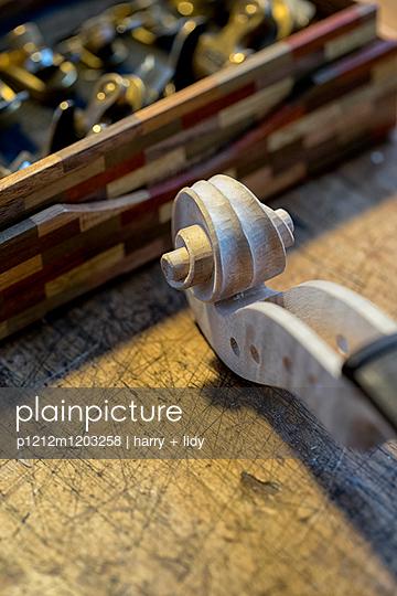 Geigenbau - Arbeit an der Schnecke - p1212m1203258 von harry + lidy